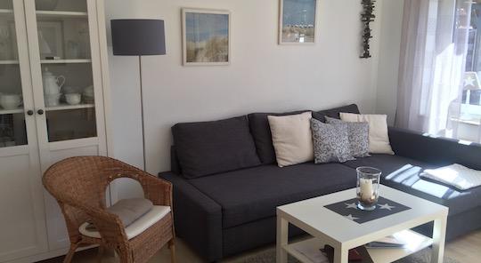 Couch mit Sessel und Couchtisch im Wohnzimmer