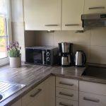 Küche mit Spülmaschine, Cerankochfeld und Mikrowelle