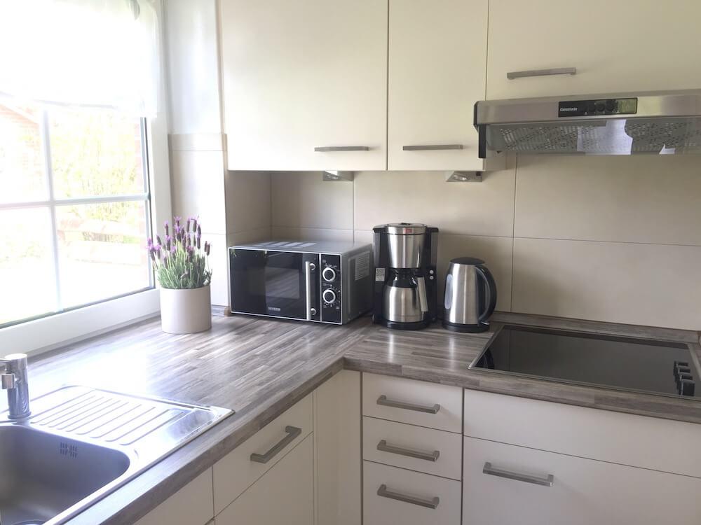 Weiße Küche mit Holz Arbeitsfläche