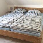 Doppelbett mit gestreifter Bettwäsche