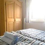 Bett mit Handtüchern und Bauernschrank