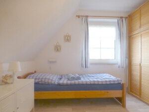 Schlafzimmer mit Einzelbett und Fenster