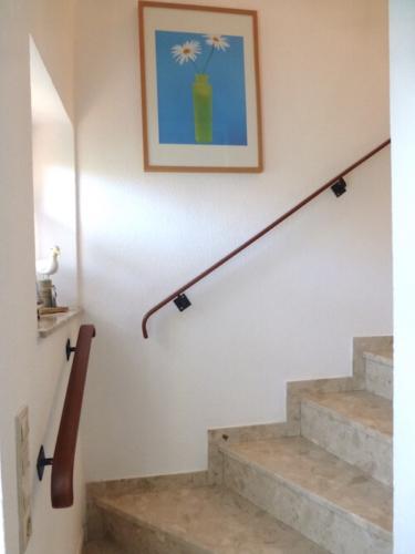 Massive Treppe mit Handlauf und Bild