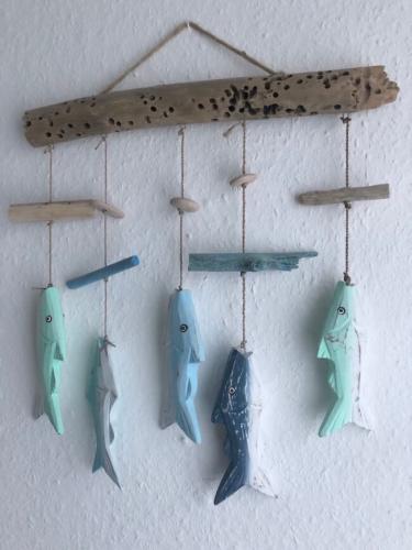 Bunte Holzfische an einer Schnur