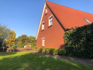 rotes Backsteinhaus mit Garten