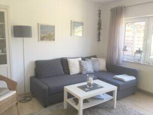 Graue Eck-Couch mit weißem Tisch